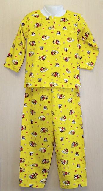 Пижама кулирка Винни-пухПижамы<br>Забота - это самое дорогое, что вы можете дать своему ребенку, но в то же время, это не стоит практически ничего. И мы можем подсказать вам отличный способ продемонстрировать своему малышу заботу - подарить ему детскую пижаму Винни-пух!<br>Данная пижама одинаково подходит и мальчикам, и девочкам, она выполнена в очень красочной расцветке: принт в виде знаменитого на весь мир мишки нанесен на желтый фон. Пижама сшита из кулирки и состоит из рубашки на пуговке и с воротничком и свободных штанишек.<br>Тонкая и мягкая ткань детской пижамы Винни-пух позволит ребенку крепко и сладко спать на протяжении всей ночи! Размер: 28<br><br>Производство: Закупается про запас<br>Принадлежность: Детская одежда<br>Возраст: Дошкольник (1-6 лет)<br>Пол: Мальчик<br>Основной материал: Кулирка<br>Вид товара: Детская одежда<br>Материал: Кулирка<br>Состав: 100% хлопок<br>Длина: 18<br>Ширина: 12<br>Высота: 7<br>Размер RU: 28