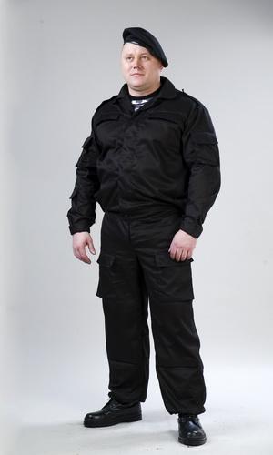 Костюм Спецназ (цв. черный)Для прочих профессий<br>Костюм Спецназ состоит из куртки и брюк. Куртка укороченная, с центральной потайной застежкой на петли и пуговицы, с верхними прорезными карманами с клапаном, носится заправленная или на выпуск. На притачном поясе, ширина которого регулируется специальными патами, застегивающимися на петли и пуговицы. Рукав втачной с усиленным налокотником, низ рукава регулируется по размеру застежкой на липучке. Сетка для вентиляции в местах активного выделения тепла. Брюки со шлевками под широкий ремень, с завышенным поясом для удобства ношения амуниции, многофункциональными карманами, по бокам стянуты эластичной тесьмой, с сеткой для вентиляции в области паха, с усиливающими накладками на коленях по низу оснащены липучками (для использования мягких наколенников и налокотников), со специальными манжетами по низу брюк. Сложный многофункциональный костюм. Пользуется широким спросом у работников спец.служ Размер: 52-54<br><br>Принадлежность: Мужская одежда<br>Основной материал: Смесовые ткани<br>Страна - производитель ткани: Россия, г. Иваново<br>Вид товара: Одежда<br>Материал: Смесовые ткани<br>Длина: 27<br>Ширина: 25<br>Высота: 8<br>Размер RU: 52-54