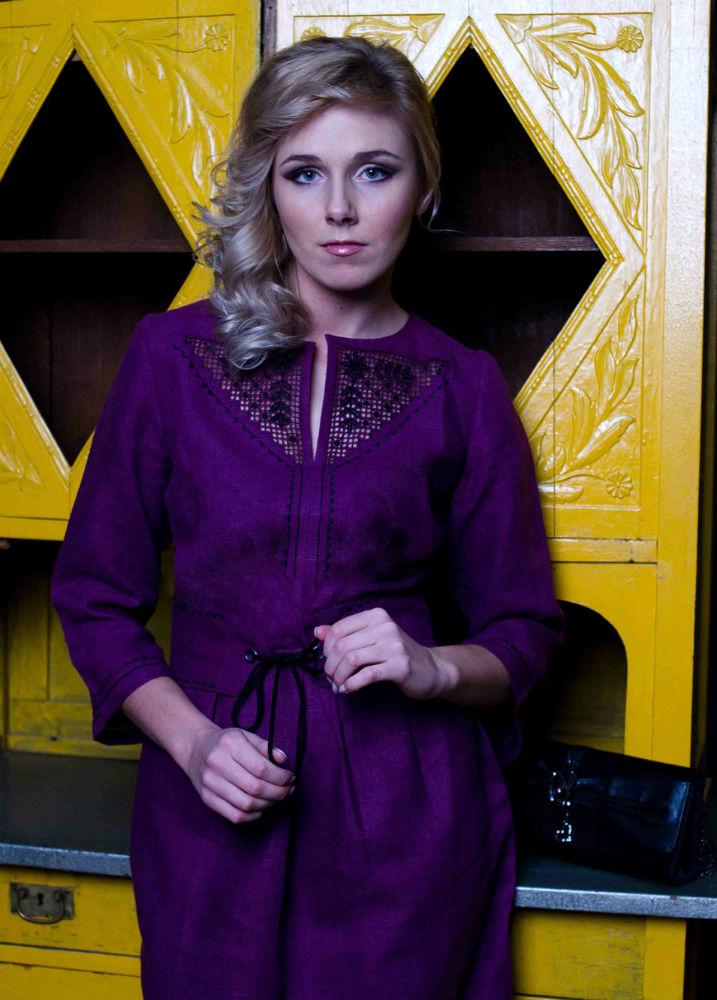 Льняное платье СемиславаПлатья<br>Льняное платье с вышивкой. <br>Длина по спинке : 95 см<br><br>Полуобхват груди под проймой : 44 см<br><br>Длина рукава с плечом : 55 см<br><br>Полуобхват бедер : 49 см<br><br>Ширина рукава под проймой : 17 см Размер: 46<br><br>Принадлежность: Женская одежда<br>Основной материал: Лен<br>Страна - производитель ткани: Россия, г. Пучеж<br>Вид товара: Одежда<br>Материал: Лен<br>Длина рукава: Средний<br>Длина: 19<br>Ширина: 17<br>Высота: 9<br>Размер RU: 46