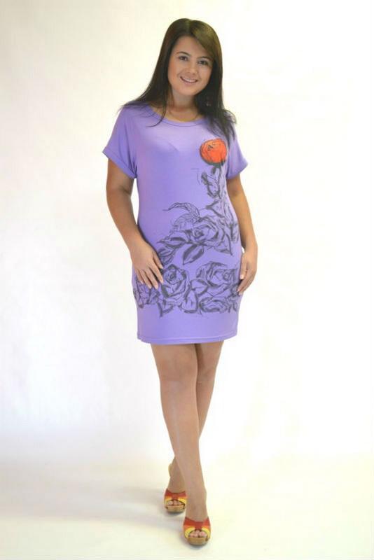 Платье женское МаливаПлатья<br>Любительницы практичных, недорогих и удобных вещей обязательно оценят женское платье Малива, ведь оно сочетает в себе все преимущества качественной повседневной одежды.<br>Для пошива используется вискоза - сравнительно новый материал, стремительно завоевавший популярность среди производителей и покупателей. Мягкая на ощупь, приятная ткань с характерной фактурой и шелковым блеском отлично подходит для женственных и элегантных силуэтом. Она красиво садится по фигуре, создавая гармоничный образ.<br>Особенность женского платья Малива - универсальный и практичный крой, идеально подходящий для повседневной носки. Размер: 52<br><br>Принадлежность: Женская одежда<br>Основной материал: Вискоза<br>Страна - производитель ткани: Россия, г. Иваново<br>Вид товара: Одежда<br>Материал: Вискоза<br>Состав: 100% вискоза<br>Длина рукава: Короткий<br>Длина: 18<br>Ширина: 12<br>Высота: 7<br>Размер RU: 52