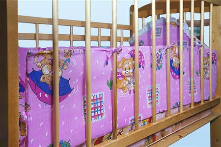 Бампер в кроватку Речка (бязь)Наборы в кроватку, в коляску<br>Определиться с расцветкой Вы можете здесь<br>До появления в их семье новорожденного малыша молодые родители даже не подозревают о том, как много они, на самом деле, не знали о детях. Например, о том, что для детской кроватки необходим бампер.  Бампер в кроватку Речка выполнен из прочной, но при этом очень мягкой бязи, которая имеет красочную расцветку с веселым детским рисунком. Бампер Речка удобно крепится к кроватке и надежно защищает вашего малыша внутри нее.   Кроме того, бампер в детскую кроватку можно приобрести в режиме онлайн и с доставкой на дом почтой в самые короткие сроки! А его цена просто не даст вам повода для каких-либо сомнений! <br>Размер: 60*120, наполнитель поролон. Высота бампера 30 см.<br><br>Принадлежность: Детская одежда<br>Возраст: Младенец (0-12 месяцев)<br>Пол: Унисекс<br>Основной материал: Бязь<br>Страна - производитель ткани: Россия, г. Иваново<br>Вид товара: Детская одежда<br>Материал: Бязь<br>Длина: 30<br>Ширина: 20<br>Высота: 11
