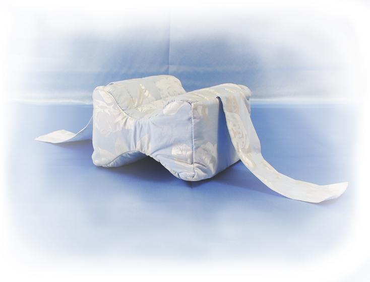Подушка для ног Удобный сон (лузга гречихи) 20*20Ортопедические<br>Подушка для ног  с наполнителем из лепестков лузги гречихи, которые хорошо известны своими ортопедическими свойствами среди натуральных экологичных наполнителей. Для тех, кто страдает от нарушений сна, вызванных неудобным положением ног. Форма подушки исключает давление одного колена на другое. Летом подушка между ног предотвращает неприятное потение ног, а зимой согревает ноги. Эти качества делают подушку для ног  идеальной для домашнего ухода за больными.<br>Размер подушки - 20х20х13см. <br>Внимание! При заказе данного товара - сроки сбора Вашего заказа могут увеличиться на несколько дней. Размер: 20*20<br><br>Принадлежность: Для дома<br>По назначению: Повседневные<br>Наполнитель: Лузга гречихи<br>Основной материал: Хлопок<br>Страна - производитель ткани: Россия, г. Шуя<br>Вид товара: Одеяла и подушки<br>Материал: Хлопок<br>Длина: 49<br>Ширина: 33<br>Высота: 20<br>Размер RU: 20*20