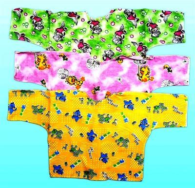 Распашонка детская футер Колобок 18Распашонки и кофточки<br>Определиться с расцветкой Вы можете здесь<br>Забота - именно в ней нуждается новорожденный малыш. И кто, если не родители, могут подарить ему эту заботу. И прежде всего родительская забота выражается в выборе качественной детской одежды, такой, как детская распашонка Колобок.<br>Данная распашонка имеет свободный крой, благодаря чему изделие легко надевается и не причиняет малышу дискомфорт во время носки. Вы также оцените и то, что она сшита из натурального футера с очень мягкой и приятной телу текстурой.<br>Детская распашонка Колобок предназначена для мальчиков и девочек до года и имеет несколько ярких расцветок на выбор.  Размер: 18<br><br>Принадлежность: Детская одежда<br>Возраст: Младенец (0-12 месяцев)<br>Пол: Унисекс<br>Основной материал: Футер<br>Страна - производитель ткани: Россия, г. Иваново<br>Вид товара: Детская одежда<br>Материал: Футер<br>Длина: 18<br>Ширина: 12<br>Высота: 2<br>Размер RU: 18
