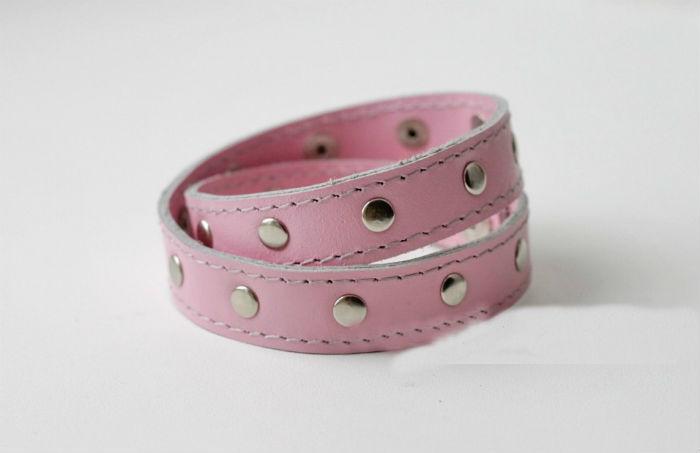 Браслет кожаный PinkКожаные браслеты<br>В два оборота, двойной слой кожи.<br>По периметры расположены никелевые хольнитены.<br>Застегивается на 2 кнопки Размер: 22<br><br>Высота: 2<br>Размер RU: 22