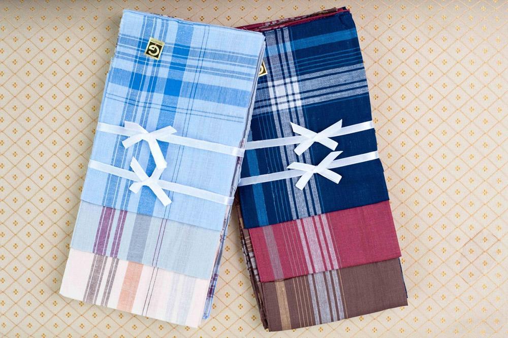 Платки Полоска (упаковка 12 штук) 38х38Платки<br>Текстильные платки всегда будут удобнее в использовании, чем одноразовые бумажные платочки, которых порой и на один раз-то не хватает.   Платки Полоска представлены в большом наборе, который включает в себя двенадцать платков одного размера (38х38 см) и разных расцветок. Все платочки выполнены из натуральной хлопковой ткани, гипоаллергенной и экологически чистой, поэтому ими может со спокойствием пользоваться взрослый и ребенок.   Платочки Полоски удобно носить и в кармане брюк, и в дамской сумочке, и они всегда будут у вас под рукой, если вам понадобится поправить свой внешний вид или еще по какому-нибудь поводу. Размер: 38х38<br><br>Высота: 1<br>Размер RU: 38х38