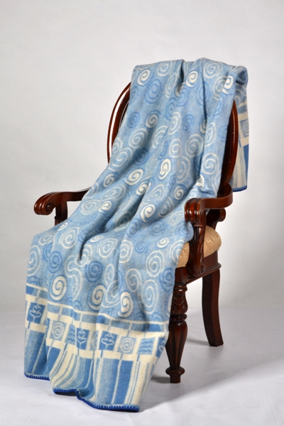 Одеяло полушерстяное жаккард Англия 1,5 спальный (140*205)Шерсть<br>Отличным вариантом универсальных повседневных спальных принадлежностей станет полушерстяное одеяло жаккард Англия.<br>Шерсть - один из лучших материалов, известный каждому. Экологичная, практичная, плотная и износостойкая, она незаменима для теплых вещей и домашнего текстиля. В составе также акриловые и хлопковые волокна, улучшающие прочностные характеристики и выгодно продлевающие срок службы. Поверхность не возьмется катышками и на максимально длительное время сохранит первоначальный вид.<br>Красивое одеяло жаккард Англия представлено в нескольких расцветках. Стоимость шерстяного изделия в полной мере окупается безупречным качеством. <br>Размер: 140х205Состав: 50% шерсть; 37% ПАН; 13% хлопок Размер: 1,5 спальный (140*205)<br><br>Уход за вещами: Стирка запрещена, только химчистка<br>Принадлежность: Для дома<br>По назначению: Повседневные<br>Основной материал: Шерсть<br>Вид товара: Одеяла и подушки<br>Материал: Шерсть<br>Сезон: Круглогодичный<br>Плотность: 500 г/кв. м.<br>Состав: 70% шерсть, 17% акрил, 13% хлопок<br>Толщина одеяла: Стандартное (от 300 до 500 гр/кв.м)<br>Длина: 48<br>Ширина: 38<br>Высота: 20<br>Размер RU: 1,5 спальный (140*205)
