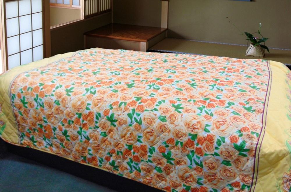 Покрывало Желтые розы (полиэстер) 180х210Покрывала для спальни<br>Яркий и красочный домашний текстиль легко разнообразит повседневные будни, насыщая их новыми эмоциями и впечатлениями. С непростой задачей легко справляется покрывало Желтые розы из полиэстера.<br>Плотная и прочная ткань тяжело пачкается, практически не сминается, не садится и не растягивается. Она легко выстирывается и не нуждается в длительной глажке. Полиэстер приятен на ощупь и длительное время сохраняет свой изначальный вид, не меняя цвет и форму.<br>Покрывало Желтые розы позволяет легко поддерживать спальное место в порядке и чистоте, предотвращая нежелательные внешние воздействия и создавая в помещении атмосферу тепла и уюта. Размер: 180х210<br><br>Принадлежность: Для дома<br>По назначению: Повседневные<br>Тип покрывала: Домашний<br>Основной материал: Полиэстер<br>Страна - производитель ткани: Россия, г. Иваново<br>Вид товара: Пледы и покрывала<br>Материал: Полиэстер<br>Сезон: Круглогодичный<br>Состав: 100% полиэстер<br>Длина: 40<br>Ширина: 26<br>Высота: 8<br>Размер RU: 180х210