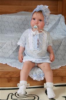 Крестильный набор МалышкаКрестильные наборы<br>Крещение ребенка - это важное событие для всей семьи, и его проведению уделяется много внимания и стараний, вплоть даже до выбора специальной одежды, в которой малышу предстоит креститься.<br>Крестильный набор Малышка - это три изделия, сшитые из мягкого и тонкого трикотажного полотна, а именно: пеленка, распашонка и чепчик. Все предметы имеют текстурный узор и украшены нежной кружевной отделкой.<br>Набор подходит для малышей до одного года: мальчиков и девочек. После крещения данные изделия можно использовать и в повседневной жизни, потому что они обладают достаточной износостойкостью и практичностью.<br><br>Принадлежность: Детская одежда<br>Возраст: Младенец (0-12 месяцев)<br>Пол: Унисекс<br>Основной материал: Трикотаж<br>Страна - производитель ткани: Россия, г. Иваново<br>Вид товара: Детская одежда<br>Материал: Трикотаж<br>Длина: 18<br>Ширина: 12<br>Высота: 2