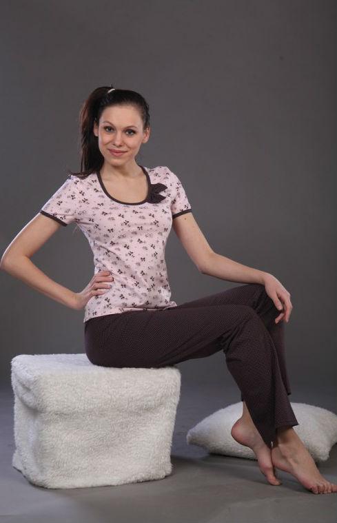 Пижама женская КатюшкаПижамы<br>Каждый человек видит комфорт во время сна по-разному: одному нравится спать в свободных футболках, кто-то предпочитает облегающие ночные сорочки, а кто-то просто любит уютные пижамы, такие, как модель Катюшка! <br>Женская пижама Катюшка состоит из приталенной футболки с коротким рукавом и штанов; и футболка, и штаны имеют удобный и в меру просторный фасон, поэтому во время сна ничто не нарушит ваш покой. Как бы сильно вы не ворочались, ваши движения не будут сопровождаться стеснением или стягиванием. Модель Катюшка сшита из качественной хлопковой кулирки, которая позволит вашей коже дышать всю ночь и не вызовет никакого раздражения.<br>Нежная расцветка и тонкий изящный рисунок - еще один не менее приятный момент, не говоря уже о выгодной цене. Крепких вам снов! Размер: 54<br><br>Принадлежность: Женская одежда<br>Основной материал: Кулирка<br>Страна - производитель ткани: Россия, г. Иваново<br>Вид товара: Одежда<br>Материал: Кулирка<br>Тип застежки: Без застежки<br>Состав: 100% хлопок<br>Длина рукава: Короткий<br>Длина: 18<br>Ширина: 12<br>Высота: 7<br>Размер RU: 54