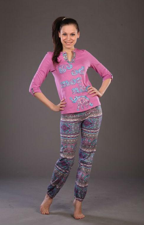 Пижама женская АндрияПижамы<br>Не можете подобрать одежду для сна? Цены на удобные и качественные комплекты кусаются? Больше это не проблема! Обратите внимание на стильную и недорогую женскую пижаму Андрия!<br>Женственный фасон (блуза с рукавом 3/4 и длинные брюки) и приятная расцветка помогут каждой чувствовать себя самой обаятельной и привлекательной. В составе - стопроцентный натуральный хлопок, не вызывающий аллергии и позволяющий коже дышать. Кулирка - практически невесомая и легкая ткань, которая не деформируется и не вытягивается при повседневной носке.<br>Женские пижамы Андрия представлены в разных размерах. Модницы легко могут подобрать модель под себя и самостоятельно оценить все преимущества приобретения.  Размер: 48<br><br>Принадлежность: Женская одежда<br>Основной материал: Кулирка<br>Страна - производитель ткани: Россия, г. Иваново<br>Вид товара: Одежда<br>Материал: Кулирка<br>Тип застежки: Без застежки<br>Состав: 100% хлопок<br>Длина рукава: Средний<br>Длина: 18<br>Ширина: 12<br>Высота: 7<br>Размер RU: 48