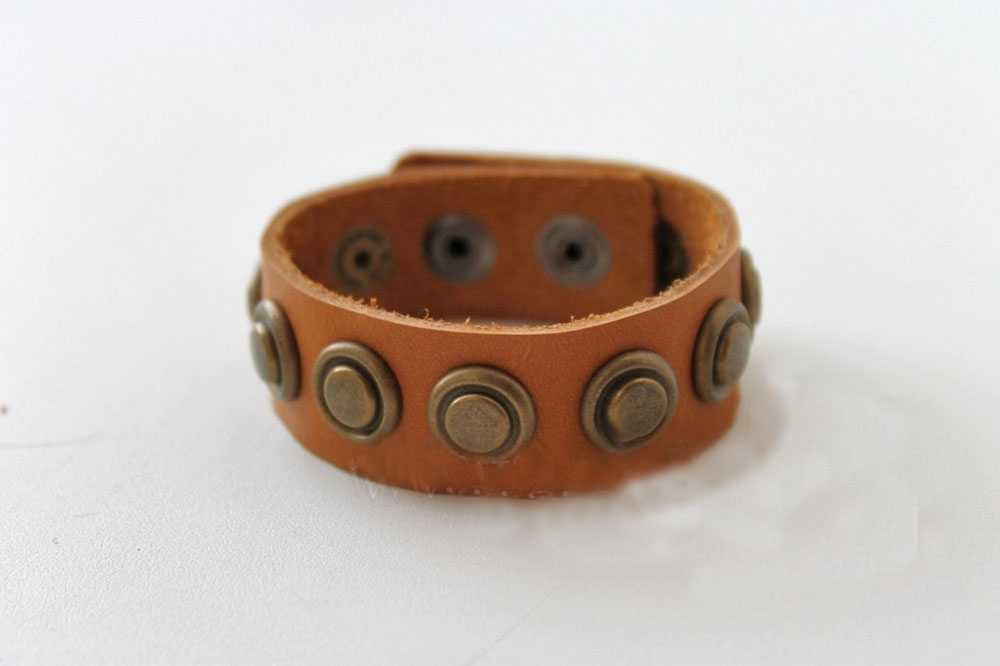 Браслет кожаный РафаэльКожаные браслеты<br>Размер: 17<br><br>Принадлежность: Мужская одежда<br>Основной материал: Натуральная кожа<br>Вид товара: Аксессуары<br>Материал: Натуральная кожа<br>Длина: 8<br>Ширина: 8<br>Высота: 2<br>Размер RU: 17