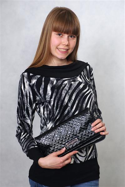 Блузка женская ЛодочкаБлузки<br>Чтобы всегда оставаться красивой, достаточно просто почаще напоминать себе об этом. И сегодня напомнить себе о своей красоте вы можете блузкой Лодочка, которая достойно подчеркнет ее.<br>Сшитая из теплой вискозы, блузка имеет женственный приталенный крой и длинные рукава, она свободно сидит на теле. Обратите внимание на вырез-лодочку, который придает образу еще больше изящества. Украшена данная модель достаточно эффектным принтом в полоску, имитирующим тигриную расцветку, поэтому в ней вы всегда будете выглядеть ярко, даже если дополните блузку обычными черными брюками или джинсами.  Кроме того, женская блузка Лодочка отлично подходит для носки в теплую погоду, ведь вискоза позволяет телу дышать, а вам - чувствовать себя легко и комфортно. Размер: 58<br><br>Принадлежность: Женская одежда<br>Основной материал: Вискоза<br>Страна - производитель ткани: Россия, г. Иваново<br>Вид товара: Одежда<br>Материал: Вискоза<br>Тип застежки: Без застежки<br>Длина рукава: Длинный<br>Длина: 18<br>Ширина: 12<br>Высота: 7<br>Размер RU: 58
