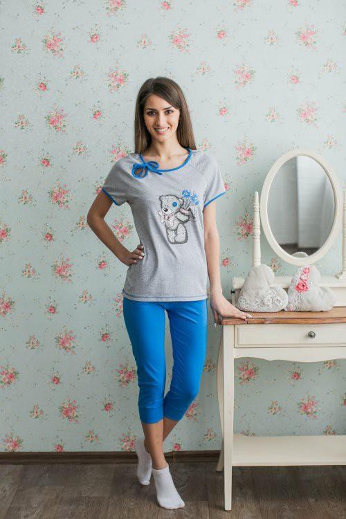 Костюм женский Мишка ТеддиЛетние костюмы<br>Вряд ли существует персонаж милее всеми любимого Мишки Тедди, а потому женский костюм Мишка Тедди вызовет у вас не меньше симпатии.   Данный женский костюм включает в себя бриджи и футболку прилегающего силуэта, оба изделия имеют яркий дизайн: бриджи выполнены в насыщенно-синем цвете, а футболка имеет светло-серую расцветку и украшена печатью с изображением знаменитого Мишки Тедди и вырезом в форме капельки у горловины.   При этом женский костюм Мишка Тедди сможет порадовать вас своим натуральным хлопковым составом и высокой износостойкостью, в которой вы убедитесь во время продолжительной носки.   Размер: 42<br><br>Принадлежность: Женская одежда<br>Комплектация: Бриджи, футболка<br>Основной материал: Кулирка<br>Страна - производитель ткани: Россия, г. Иваново<br>Вид товара: Одежда<br>Материал: Кулирка<br>Сезон: Лето<br>Тип застежки: Без застежки<br>Длина рукава: Короткий<br>Длина: 18<br>Ширина: 12<br>Высота: 7<br>Размер RU: 42