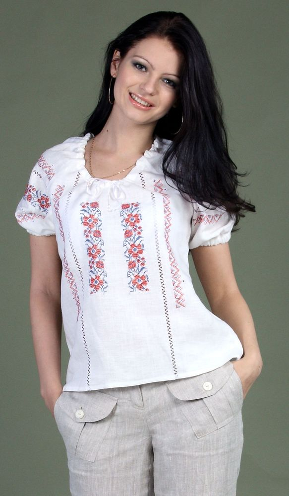 Блузка льняная Амели (большемерка)Блузки<br>Летом вам хочется выглядеть еще красивее и женственнее, а ваше тело хочет избежать таких неприятных проявлений жаркой летней погоды, как прение и последующее за ним раздражение кожи, что все вместе доставляет ужасный дискомфорт.   К счастью, этим летом с вами такого не случится, потому что женская блуза Амели подарит вам элегантный внешний вид и позволит вашему телу дышать даже под самым жарким солнцем! Секрет данного изделия кроется в том, что сшито оно из натурального льна, экологически чистого и обладающего вентилирующим эффектом. А нежный дизайн позволит вам сочетать данную модель с джинсовыми шортами и легкими летними юбками.   Будьте внимательны при выборе размера, так как данная модель является большемеркой: если ваш обычный размер 44, то выбирайте 42 размер.  <br><br>Длина по спинке : 53 см<br><br>Полуобхват груди под проймой : 48 см<br><br>Длина рукава с плечом : 36 см Размер: 50<br><br>Принадлежность: Женская одежда<br>Основной материал: Лен<br>Страна - производитель ткани: Россия, г. Пучеж<br>Вид товара: Одежда<br>Материал: Лен<br>Тип застежки: Без застежки<br>Длина рукава: Короткий<br>Длина: 18<br>Ширина: 12<br>Высота: 7<br>Размер RU: 50