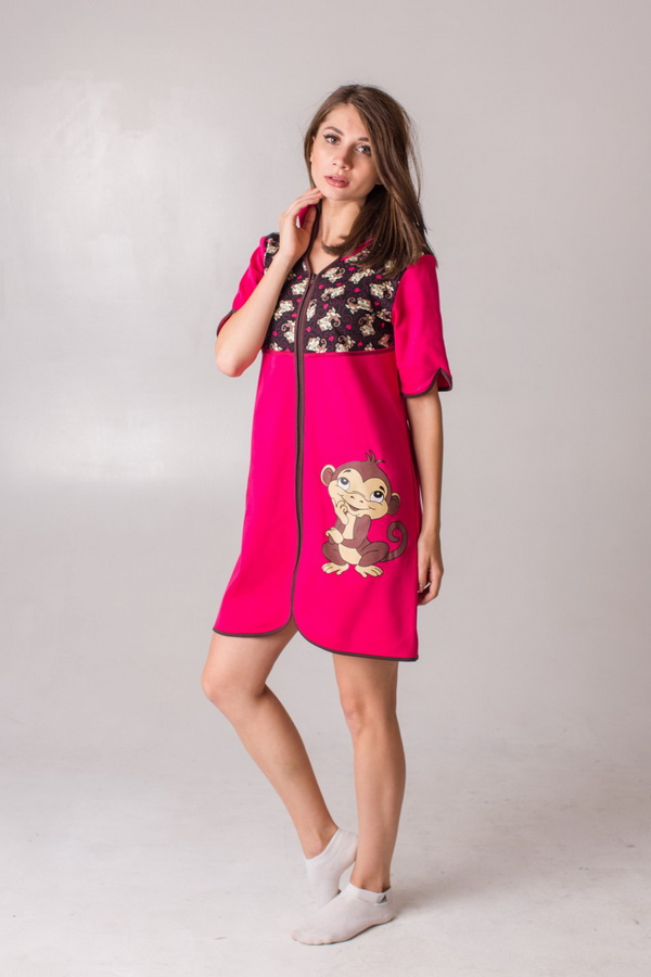 Халат женский СимволЛегкие халаты<br>Думаете, халаты давно вышли из моды? А вот и нет! Ведь халат &amp;amp;mdash; это самая удобная форма домашней одежды для женщины, в которой она, к тому же, может выглядеть весьма привлекательно!<br>С легкостью убедиться в этом вы можете, взглянув на модель халата Символ из нашего каталога женской одежды. Во-первых, данный халат выполнен из интерлока, материала с тонкой нежной текстурой, поэтому даже самая чувствительная кожа будет от него в восторге! Во-вторых, халат имеет удобный прямой крой и короткие рукава чуть выше локтя, поэтому удобство даже во время долгой носки вам гарантировано.<br>Отдельно стоит отметить и яркую насыщенную расцветку с забавным принтом &amp;amp;mdash; дизайн женского халата Символ поднимает настроение, придавая сил для выполнения любых домашних дел! Размер: 44<br><br>Принадлежность: Женская одежда<br>Основной материал: Интерлок<br>Страна - производитель ткани: Россия, г. Иваново<br>Вид товара: Одежда<br>Материал: Интерлок<br>Сезон: Весна - осень<br>Тип застежки: Молния<br>Длина рукава: Средний<br>Длина: 19<br>Ширина: 17<br>Высота: 9<br>Размер RU: 44