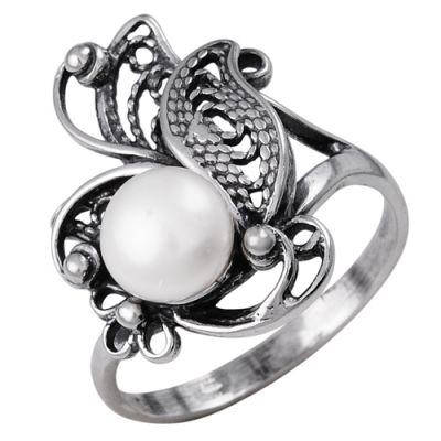 Кольцо серебряное 2331731Серебряные кольца<br>Довольно сложно представить себе хотя бы один стильный образ, в который не было бы включено небольшое стильное кольцо, ведь кольцо - главное украшение для женской руки.   А потому, если вашему образу не хватает маленького аккуратного кольца с оригинальным дизайном, то считайте, что вы уже нашли такое. Данное кольцо выполнено полностью из натурального серебра, что говорит о высоком качестве и долговечности изделия. А в его дизайне вы обнаружите изящное витиеватое украшение с вставкой из жемчуга.   Еще одна интересная особенность данной модели заключается в том, что она гармонично вписывается в любой образ и подходит девушкам и женщинам всех возрастов.  Артикул 2331731 Вес 4,27 Вставка Жемчуг Покрытие оксидирование Размерный ряд 16,5; 17,0; 17,5; 18,0; 18,5; 19,0; 19,5; Размер: 19.0<br><br>Принадлежность: Драгоценности<br>Основной материал: Серебро<br>Страна - производитель ткани: Россия, г. Приволжск<br>Вид товара: Серебро<br>Материал: Серебро<br>Вес: 4,27<br>Покрытие: Оксидирование<br>Проба: 925<br>Вставка: Жемчуг<br>Габариты, мм (Длина*Ширина*Высота): 28*22,5*21<br>Длина: 5<br>Ширина: 5<br>Высота: 3<br>Размер RU: 19.0