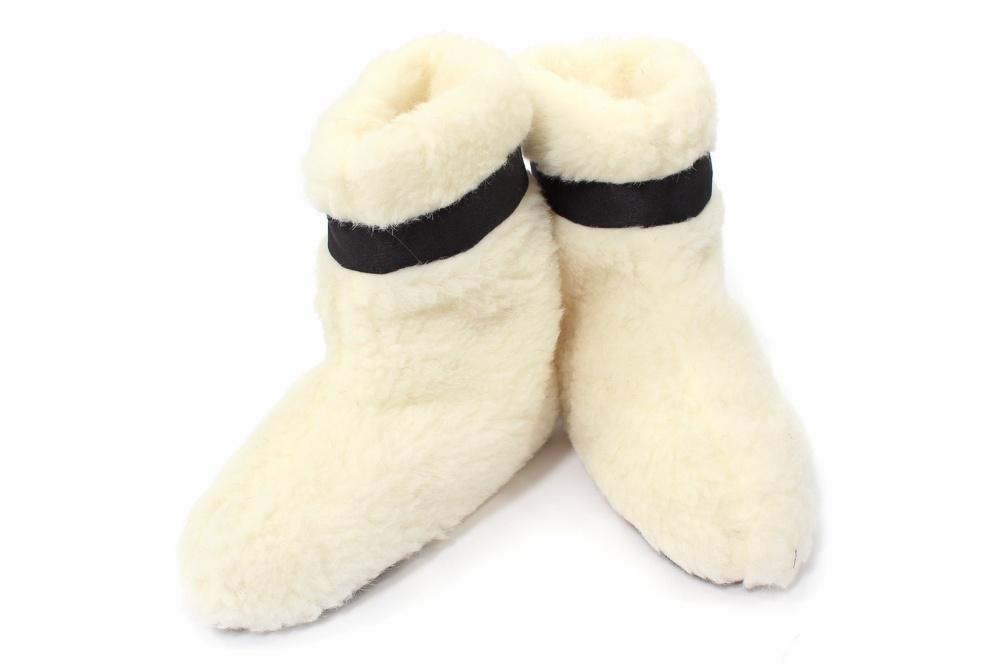 Сапожки Домашние из овечьего мехаДомашние сапожки<br>Порой от холодных полов дома не могут спасти даже теплых меховые домашние тапочки в дуэте с шерстяными носками. И в такой ситуации прийти к вам на помощь смогут только сапожки Домашние.   Сапожки имеют невысокую форму, а их главное достоинство и одновременно преимущество перед другой домашней обувью заключается в том, что они выполнены из натурального овечьего меха, который обладает высоким теплоизоляционным свойством, а потому ваши ножки в данных сапогах будут в тепле и защите. Также сапоги имеют подошву из нескользящего материала.  Сапожки Домашние из натурального овечьего меха подойдут женщинам с размером обуви 35-41.   Размер: 40-41<br><br>Производство: Закупается про запас<br>Принадлежность: Женская одежда<br>Основной материал: Овечий мех<br>Вид товара: Одежда<br>Материал: Овечий мех<br>Длина: 20<br>Ширина: 10<br>Высота: 11<br>Размер RU: 40-41