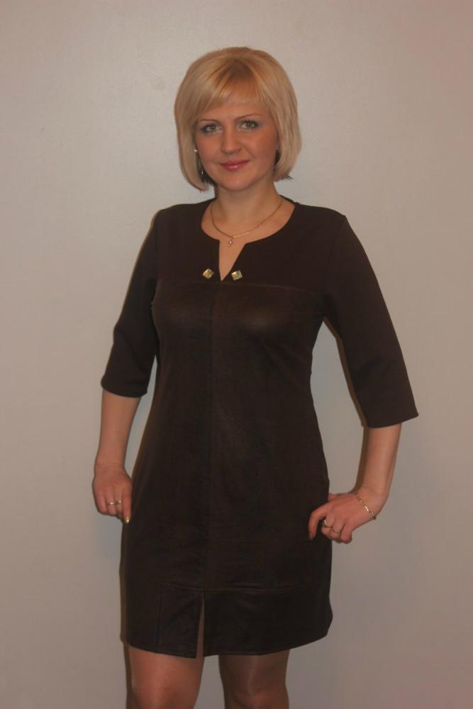 Платье женское СимонаПлатья<br>Предпочитаете красивые, но одновременно практичные вещи, неприхотливые в быту? Для вас - женское платье Симона!<br>Материал - полиэстер, устойчивый к ультрафиолету, влаге, многочисленным стиркам и деформации. Такие вещи долго сохраняют насыщенность и глубину окраски даже при регулярных стирках и воздействии солнечных лучей. Полиэстер сложно испачкать, зато - легко отстирать и быстро просушить. Он легко поддается обработке для пошива вещей различной конструкции и дизайна.<br>Простой и женственный фасон женского платья Симона позволяет носить его каждый день или использовать в качестве основы для праздничного, нарядного образа.  Размер: 56<br><br>Принадлежность: Женская одежда<br>Основной материал: Полиэстер<br>Страна - производитель ткани: Россия, г. Иваново<br>Вид товара: Одежда<br>Материал: Полиэстер<br>Длина по спинке : 50 размер - 92 см<br>Состав: 100% полиэстер<br>Длина рукава: Средний<br>Длина: 18<br>Ширина: 12<br>Высота: 7<br>Размер RU: 56