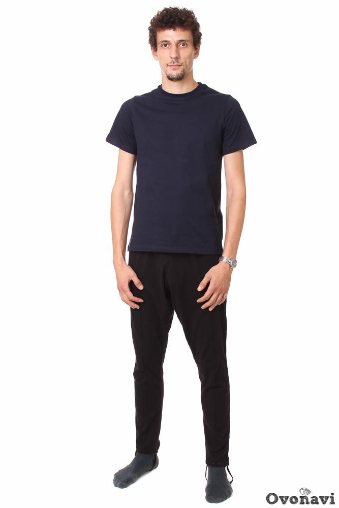 Трико мужское МаксимДомашние брюки<br>Кто-то скажет, что трико &amp;amp;mdash; это устаревший и совсем не нужный вид одежды. Мы же в ответ заметим: это заблуждение! Качественное трико &amp;amp;mdash; это невероятно практичная вещь в гардеробе мужчины. И мы докажем это на примере мужского трико Максим от бренда Ovonavi.<br>Модель выполнена из натуральной хлопковой кулирки. В одежде из этой ткани кожа дышит, не перегреваясь от избытка влаги. Аллергия и раздражение точно не побеспокоят вас благодаря абсолютно натуральному составу ткани. Вещь можно стирать, не беспокоясь за ее цвет и форму &amp;amp;mdash; кулирка достаточно износостойка несмотря на кажущуюся мягкость. При простом правильном уходе трико из кулирки прослужат вам не один год.<br>Фасон изделия классический: отстрочка посередине спереди, неольшой карман на задней правой половинке, штрипка на штанинах снизу. Модель представлена в классической темной рацветке, наиболее подходящей для трико. Трико Максим подходит для домашней носки и поездки на дачу, а также в качестве нательного белья в холодное время года. <br>Трико мужское Максим относится к разряду необходимых мелочей в вашем шкафу. Отличное качество, практичность и выгодная цена ни на секунду не дадут вам усомниться в правильности своего выбора. Размер: 50, Черный<br><br>Производство: Производится про запас<br>Принадлежность: Мужская одежда<br>Основной материал: Кулирка<br>Страна - производитель ткани: Россия, г. Иваново<br>Вид товара: Одежда<br>Материал: Кулирка<br>Сезон: Лето<br>Состав: 100% хлопок<br>Длина: 19<br>Ширина: 17<br>Высота: 9<br>Размер RU: 50, Черный