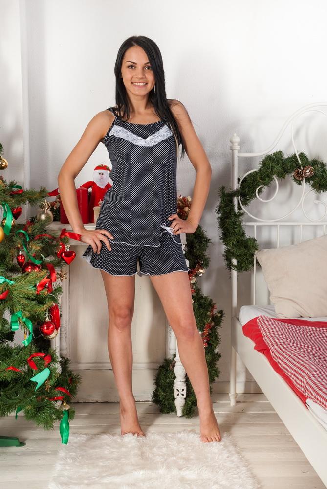 Пижама женская БелльПижамы<br>Чтобы стать предметом восхищения и просто выглядеть привлекательно, необязательно иметь гардероб, состоящий из исключительно яркой и пестрой одежды. Позволит вам добиться желаемого и женская пижама Белль, чья расцветка выполнена в черно-белых тонах.   И, естественно, расцветка не является главным достоинством данной женской пижамы, потому что наибольшее внимание в изделии привлекают фасон, свободный, но очень женственный, а также украшение в виде декоративной отделки кружевом на майке.   Кроме того, женская пижама Белль сможет не просто подарить вам привлекательный внешний вид, но и позволит вам спать с чувством полного комфорта и уюта, ведь она не будет стеснять вас, а ее мягкая текстура не вызовет раздражения или натирания.  Размер: 48<br><br>Принадлежность: Женская одежда<br>Основной материал: Кулирка<br>Страна - производитель ткани: Россия, г. Иваново<br>Вид товара: Одежда<br>Материал: Кулирка<br>Тип застежки: Без застежки<br>Состав: 100% хлопок<br>Длина рукава: Без рукава<br>Длина: 18<br>Ширина: 12<br>Высота: 7<br>Размер RU: 48