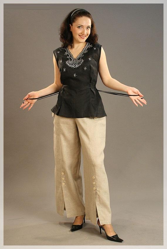 Топ льняной с вышивкой СоллиТопы<br>Нежный топ с вышивкой - это элегантный вариант на каждый день, вы можете сочетать его с любыми, даже самыми простыми, джинсами и все равно оставаться очень женственной.  Это вам докажет и женский топ Солли, главной особенностью дизайна которого является изящная и аккуратно выполненная вышивка, украшающая V-образный вырез топа. Однако, помимо этого, вас привлечет полуприталенный фасон изделия и двойные завязки, с помощью которых можно выделить линию талии.  Женский топ Солли сшит изо льна, легкого и очень дышащего, а также он предлагается в двух стильных цветах: черном и красном.   Длина по спинке : 61<br>Полуобхват груди под проймой : 47 Размер: 58<br><br>Принадлежность: Женская одежда<br>Основной материал: Лен<br>Страна - производитель ткани: Россия, г. Пучеж<br>Вид товара: Одежда<br>Материал: Лен<br>Длина: 18<br>Ширина: 12<br>Высота: 7<br>Размер RU: 58
