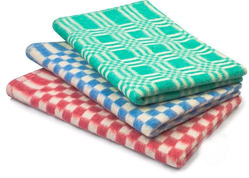 Одеяло байковое Шахматы 1,5 спальный (140*205)Байковые<br>Всем знакомо классическое байковое одеяло Шахматы, ведь встретить его вариации раньше можно было практически в каждом доме. Хотя тенденции меняются, вечная классика остается неизменной благодаря своей практичности.<br>В основе - стопроцентный хлопок, благодаря чему одеяло - экологично, безвредно и гипоаллергенно. При небольшой толщине оно отлично греет, а за счет воздухопроницаемости и оптимальной теплоемкости - может использоваться в течение года.<br>Байковые одеяла Шахматы представлены в нескольких цветовых вариациях. Доступная цена позволяет приобрести необходимое количество единиц для всех членов семьи.<br> Размер: 1,5 спальный (140*205)<br><br>Принадлежность: Для дома<br>По назначению: Повседневные<br>Основной материал: Хлопок<br>Вид товара: Одеяла и подушки<br>Материал: Хлопок<br>Сезон: Круглогодичный<br>Плотность: 390 г/кв. м.<br>Состав: 100% хлопок<br>Толщина одеяла: Стандартное (от 300 до 500 гр/кв.м)<br>Длина: 35<br>Ширина: 25<br>Высота: 15<br>Размер RU: 1,5 спальный (140*205)