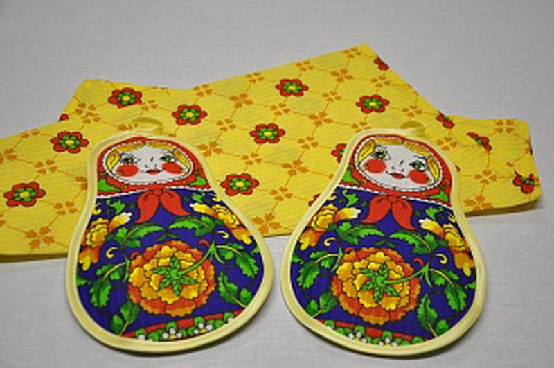 Набор кухонный МатрешкаКухонные наборы<br>Практичный и оригинальный домашний текстиль - приобретение, которое оценит каждая хозяйка. Среди полезных находок, заслуживающих внимания - набор кухонный Матрешка.<br>В комплект входит яркое, красочное полотенце и две удобные прихватки для защиты рук. Основной материал - вафельное полотно, хорошо поглощающее влагу, легко отстирывающееся, долгое время сохраняющее первоначальный вид. Особая ячеистая структура ткани обеспечивает легкий массажный эффект при повседневной эксплуатации.<br>Кухонный набор Матрешка - недорогое приобретение, которое непременно найдет свое место в каждом доме.<br><br>Производство: Закупается про запас<br>Принадлежность: Для дома<br>По назначению: Повседневные<br>Основной материал: Вафельное полотно<br>Страна - производитель ткани: Россия, г. Иваново<br>Вид товара: Аксессуары<br>Материал: Вафельное полотно<br>Сезон: Круглогодичный<br>Состав: 100% хлопок<br>Длина: 20<br>Ширина: 20<br>Высота: 5