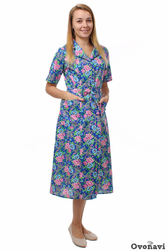 Халат женский НорвегияЛегкие халаты<br>Любая женщина хочет ощущать себя очаровательной и привлекательной даже в домашней одежде, а те, кто это отрицают, - просто лукавят. К счастью, современный рынок предлагает широкий выбор халатов, которые можно смело сравнивать по красоте с платьями и сарафанами. Отличный тому пример &amp;amp;mdash; женский халат Норвегия.<br>В первую очередь стоит сказать о материале. Бязь &amp;amp;mdash; натуральное хлопоковое полотно, известное большинству как самая популярная ткань для пошива постельного белья. Она ценится за такие уникальные качества, как легкость, мягкость и износостойкость. Это прочная дышащая ткань, надежно оберегающая вашу кожу от аллергии и раздражений, она дарит ощущение комфорта и проста в уходе. Все свойства, характерные для спальных комплектов, также присущи и одежде из бязи.<br>Данный халат имеет симпатичный фасон, стилизованный под изящные платья 50-х годов. Приталенный силуэт стильно сочетается с длиной ниже колена, талию подчеркивает удобный тонкий поясок. Оптимально короткий рукав удобен при выполнении домашних дел и замечательно вписывается в общую композицию. Завершает образ воротник пиджачного типа. Расцветка халата &amp;amp;mdash; настоящий заряд позитива: яркие тона и цветочный рисунок поднимают настроение и смотрятся очень уютно!<br>Хотите чувствовать себя в домашней одежде так же уверенно, как и в повседневной? Тогда вам точно не стоит проходить мимо женского халата Норвегия. Утонченный стиль, качественная хлопковая ткань и сочная расцветка &amp;amp;mdash; все это поднимет настроение не только вам, но и вашим близким! Размер: 58, Синий с жёлтыми цветами<br><br>Тип пояса: Отлетный<br>Производство: Производится про запас<br>Принадлежность: Женская одежда<br>Основной материал: Бязь<br>Страна - производитель ткани: Россия, г. Иваново<br>Вид товара: Одежда<br>Материал: Бязь<br>Обработка: Шов в подгибку с закрытым срезом<br>Тип рукава: Втачной<br>Тип застежки: Пуговицы<br>Другие особенности: Накладные карманы 