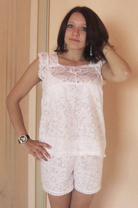 Пижама женская Ася (батист)Пижамы<br>Батист - одна из самых тонких и легких тканей, она изготавливается из натурального хлопкового волокна. Вещи из батиста обычно имеют изысканный внешний вид, а также носятся с абсолютным комфортом.<br>А женская пижама Ася как раз выполнена из этой хлопковой ткани с нежным ажурным узором. Пижама состоит из майки и коротких шорт. Майка имеет квадратный вырез и толстые бретели, которые украшены дополнительной ажурной отделкой. <br>Данная женская пижама хорошо подходит для теплых летних ночей, ткань не натирает кожу и не вызывает раздражения. А приобрести пижаму Ася вы можете в одной из трех расцветок.  Размер: 50<br><br>Принадлежность: Женская одежда<br>Основной материал: Батист<br>Вид товара: Одежда<br>Материал: Батист<br>Длина: 18<br>Ширина: 12<br>Высота: 7<br>Размер RU: 50