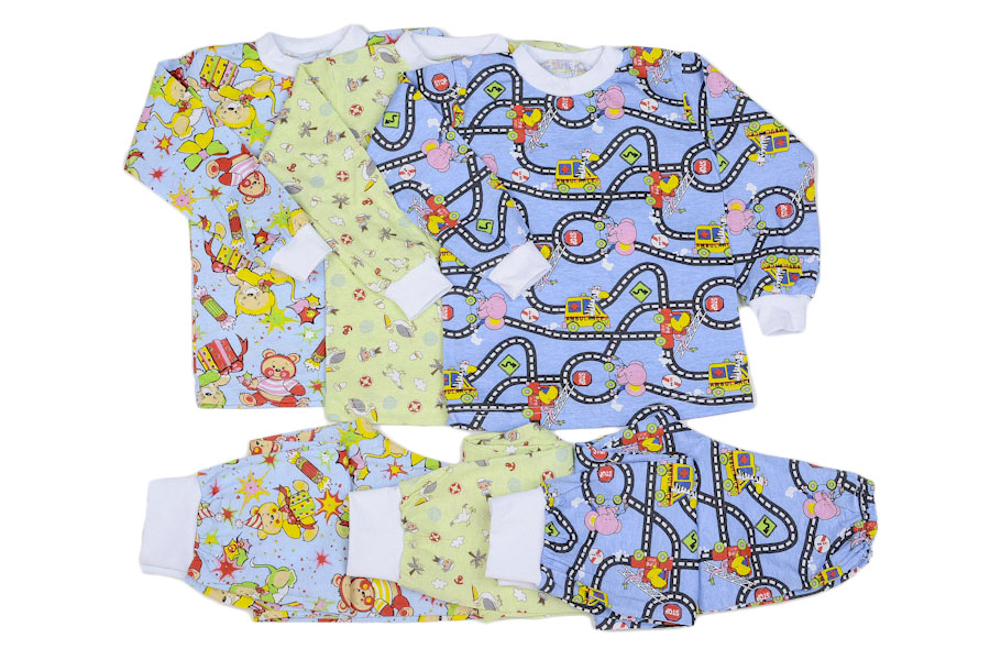 Пижама с манжетами Сладкий сон (интерлок)Пижамы<br>Что может быть лучше мягкой и уютной пижамы и здорового крепкого сна ночью? Конечно же, ничего, именно поэтому мы и хотим представить вашему вниманию детскую пижаму Сладкий сон!<br>Выполненная из высококачественной хлопковой ткани интерлок, пижама полюбится не только вашему ребенку, но и вам самим. Ее долговечности и износостойкости можно лишь удивляться! Она довольно практична и удобна, не стесняет движения ребенка в то время, пока он спит.<br>Вы также будете в восторге от веселой расцветки с мишками и нереально привлекательной цены, а также возможности приобрести пижаму в режиме онлайн. Размер: 26<br><br>Производство: Закупается про запас<br>Принадлежность: Детская одежда<br>Комплектация: Брюки, кофта<br>Возраст: Дошкольник (1-6 лет)<br>Пол: Унисекс<br>Основной материал: Интерлок<br>Страна - производитель ткани: Россия, г. Иваново<br>Вид товара: Детская одежда<br>Материал: Интерлок<br>Сезон: Круглогодичный<br>Длина: 18<br>Ширина: 12<br>Высота: 7<br>Размер RU: 26