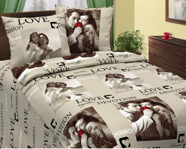 Постельное белье Сладкая парочка бежевая (бязь) Семейный (простыня на резинке)ПРЕМИУМ<br>Романтичность - это то, что обязательно должно присутствовать в спальне супругов, и создать ее в вашей спальне сможет комплект постельного белья из бязи Сладкая парочка!<br>Двуспальное постельное белье выполнено из стопроцентной бязи, которая не требует слишком много внимания и довольно проста в уходе. Расцветка - само воплощение романтичности: с изображениями возлюбленных и нежными словами и фразами.<br>Данный комплект постельного белья, который вы можете приобрести по довольно привлекательной цене, будет дарить вам хорошее романтическое настроение не один год! Размер: Семейный (простыня на резинке)<br><br>Тип простыни: Без шва<br>Тип пододеяльника: Без шва<br>Производство: Производится про запас<br>Принадлежность: Для дома<br>Плотность КПБ: 125 гр/кв.м<br>Категория КПБ: Надписи<br>По назначению: Повседневные<br>Рисунок наволочек: Расположение элементов расцветки может не совпадать с рисунком на картинке<br>Основной материал: Бязь<br>Страна - производитель ткани: Россия, г. Иваново<br>Вид товара: КПБ<br>Материал: Бязь<br>Сезон: Круглогодичный<br>Плотность: 125 г/кв. м.<br>Состав: 100% хлопок<br>Комплектация КПБ: Пододеяльник, простыня, наволочка<br>Длина: 37<br>Ширина: 27<br>Высота: 8<br>Размер RU: Семейный (простыня на резинке)