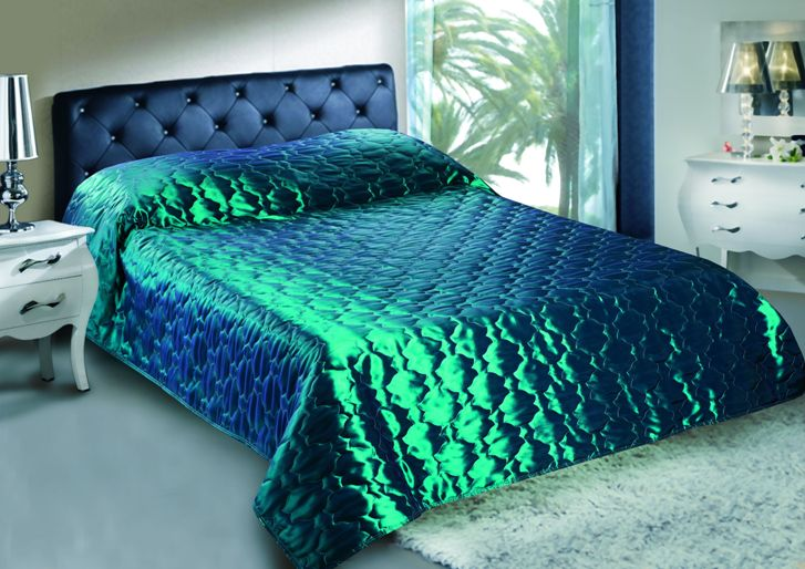 Покрывало стеганное Изумруд 150х200Покрывала для спальни<br>Для домашнего текстиля внешний вид так же важен, как и для одежды, ведь такие изделия, как покрывала, к примеру, постоянно находятся у вас и у ваших гостей на виду. И неужели вы допустите, чтобы они были некрасивыми или портили гармоничность интерьера? <br>Стеганое покрывало Изумруд станет прекрасным украшением вашей спальни. Оно имеет прекрасную расцветку с переливом, а потому точно привлечет много внимания и станет предметом восхищения! Покрыло выполнено из тафты и прошито по всему периметру, поэтому за качество данного изделия вам точно не стоит волноваться. <br>Стойкий окрас покрывала Изумруд не боится стирок - как ручных, так и машинных - и будет долго оставаться таким же ярким и насыщенным!  Размер: 150х200<br><br>Принадлежность: Для дома<br>По назначению: Повседневные<br>Тип покрывала: Домашний<br>Основной материал: Тафта<br>Страна - производитель ткани: Китай<br>Вид товара: Пледы и покрывала<br>Материал: Тафта<br>Длина: 47<br>Ширина: 38<br>Высота: 8<br>Размер RU: 150х200