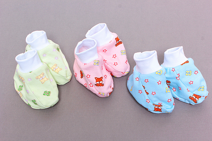 Пинетки Первые шаги (кулирка)Пинетки<br>Определиться с расцветкой Вы можете здесь<br>Гардероб для новорожденного младенца требует грамотного планирования и выбора. Это касается пеленок, одежды и первой обуви малыша.<br>Пинетки Первые шаги из кулирки - легкие, удобные и практичные. Тонкая ткань не сдавливает, не парит, поддерживает естественный воздухообмен и терморегуляцию, столь важную для ребенка. Малыш не заболеет, не будет потеть и мерзнуть. Мягкая резинка не позволяет пинеткам сползать и спадать.<br>Пинетки Первые шаги - яркие и комфортные. Веселые расцветки добавят красок, так что можно подобрать вариант по вкусу. Они отлично подойдут для дома и прогулок.<br>Недорогой детский трикотаж в интернет-магазине представлен мягкими пинетками веселой цветовой гаммы на любой вкус.<br><br>Производство: Закупается про запас<br>Принадлежность: Детская одежда<br>Возраст: Младенец (0-12 месяцев)<br>Пол: Унисекс<br>Основной материал: Кулирка<br>Страна - производитель ткани: Россия, г. Иваново<br>Вид товара: Детская одежда<br>Материал: Кулирка<br>Длина: 5<br>Ширина: 5<br>Высота: 3