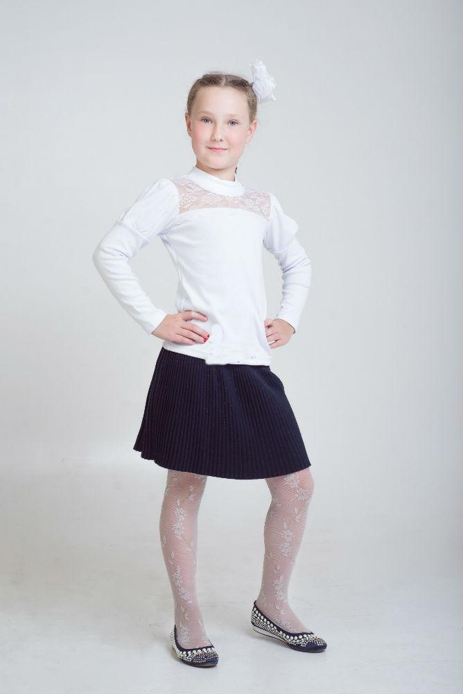 Водолазка детская АлисаВодолазки<br>Чтобы девочка выглядела нарядно, ей необязательно иметь пышное платье принцессы, потому что с этой задачей блестяще справится детская водолазка Алиса!<br>Секрет этой очаровательной, но на первый взгляд простой модели заключается в нежной кружевной вставке спереди. Сама же водолазка сшита из стопроцентного хлопкового материала, интерлока. Она имеет прямой крой, длинные рукава и невысокий воротничок.<br>Детская водолазка Алиса подходит девочкам дошкольного возраста, а если вы не можете подобрать правильный размер, то вам поможет размещенная на сайте магазине таблица размеров.  Размер: 32<br><br>Принадлежность: Детская одежда<br>Возраст: Дошкольник (1-6 лет)<br>Пол: Девочка<br>Основной материал: Интерлок<br>Страна - производитель ткани: Россия, г. Иваново<br>Вид товара: Детская одежда<br>Материал: Интерлок<br>Длина: 18<br>Ширина: 12<br>Высота: 2<br>Размер RU: 32