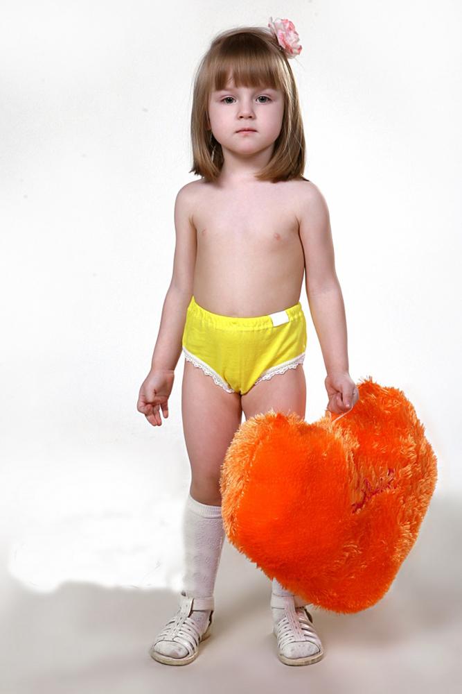 Трусы детские СветаТрусы<br>Выбор нижнего белья - всегда ответственный процесс. Особенно, когда речь идет о маленьких детях. Детские трусы Света для девочек младшего школьного возраста - отличная находка для заботливых родителей.<br>Основной материал - кулирка, отличающаяся тонкостью плетения и оптимальной плотностью для хорошего самочувствия. Воздушная ткань не парит, не вызывает раздражения либо аллергии, обладает оптимальной гигроскопичностью. Прочная и износостойкая, она легко переносит постоянную повседневную носку и регулярные стирки.<br>В наличии - детские трусы Света разных размеров, благодаря чему всегда можно подобрать подходящую и удобную модель. Размер: 28<br><br>Производство: Закупается про запас<br>Принадлежность: Детская одежда<br>Возраст: Младший школьный возраст (7-10 лет)<br>Пол: Девочка<br>Основной материал: Кулирка<br>Страна - производитель ткани: Россия, г. Иваново<br>Вид товара: Детская одежда<br>Материал: Кулирка<br>Сезон: Круглогодичный<br>Состав: 100% хлопок<br>Длина: 18<br>Ширина: 12<br>Высота: 2<br>Размер RU: 28