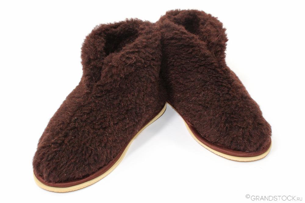 Бабуши из овечьего мехаДомашние сапожки<br>Не хватает домашнего тепла и уюта? Постоянно замерзают ноги, а тапочки падают, теряются и доставляют массу проблем? Не беда!<br>Бабуши из овечьего меха - достойная альтернатива. Мягкие и теплые, они напоминают знакомые с детства бабушкины носочки, согревающие в самую плохую погоду. Практичный материал дышит, не вызывает аллергии, обеспечивает легкий, ненавязчивый массажный эффект. В каталоге - две расцветки для любителей светлых и темных тонов.<br>Бабуши из овечьего меха - идеальная терморегуляция в любое время года. В таких тапочках-носочках не жарко и не холодно, зато всегда комфортно и приятно. Бабуши станут прекрасным подарком на день рождения, который покажет все тепло Вашей души.<br>Внимание! При заказе данного товара - сроки сбора Вашего заказа могут увеличиться на несколько дней. Размер: 44-45, Светлый<br><br>Производство: Закупается про запас<br>Принадлежность: Женская одежда<br>Основной материал: Овечий мех<br>Страна - производитель ткани: Россия, г. Шуя<br>Вид товара: Обувь<br>Материал: Овечий мех<br>Длина: 19<br>Ширина: 17<br>Высота: 9<br>Размер RU: 44-45, Светлый