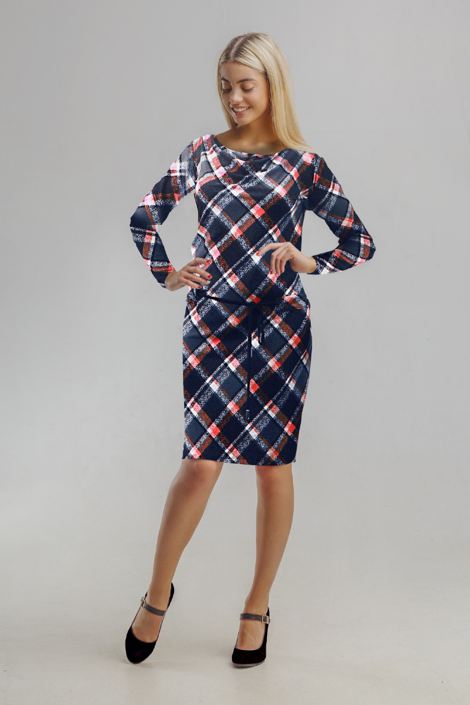 Платье женское ТанияПлатья<br>Предпочитаете сдержанность, лаконичность и простоту? Женское платье Тания мастерски сочетает их с яркостью нескольких расцветок.<br>Сравнительно недавний материал безупречно зарекомендовал себя в текстильной промышленности, а особенно - при пошиве женских вещей. Вискоза не липнет, не холодит и образует элегантные складки, красиво струясь по фигуре. Она не электризуется, а заодно - не требует особого специфического ухода. Полиэстер в составе улучшает прочностные характеристики, долговечность изделия, обеспечивает стабильность формы и цвета.<br>Простой крой платья Тания отлично смотрится на всех, позволяя не сомневаться в своей привлекательности. Доступная стоимость впишется даже в скромный бюджет. Размер: 54<br><br>Длина платья: Миди<br>Принадлежность: Женская одежда<br>Основной материал: Вискоза<br>Страна - производитель ткани: Россия, г. Иваново<br>Вид товара: Одежда<br>Материал: Вискоза с полиэстером<br>Состав: 50% вискоза, 50% полиэстер<br>Длина рукава: Длинный<br>Длина: 18<br>Ширина: 12<br>Высота: 7<br>Размер RU: 54