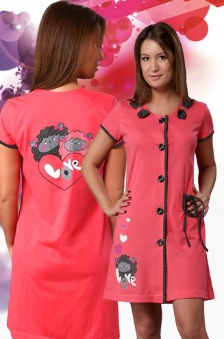 Халат женский ДоллиЛегкие халаты<br>Предпочитаете милые и романтичные молодежные вещи, создающие хорошее настроение на день? Обязательно обратите внимание на женский халат Долли, выполненный в ярких и насыщенных цветах с трогательным принтом.<br>Короткая длина рукава и самого халата делает его отличным выбором на лето. Основной материал - невесомая кулирка, пропускающая воздух и долгое время сохраняющая насыщенность цвета. Ткань гигроскопична, неприхотлива, не склонна к растяжениям либо деформации.<br>Оригинальный дизайн женского халата Долли привлекает внимание. При этом яркость не влияет на практичность и долговечность такой повседневной одежды.<br> Размер: 50<br><br>Высота: 9<br>Размер RU: 50