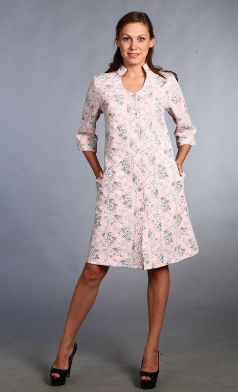 Халат женский ГамбургТеплые халаты<br>Дом - это то самое место, где уют и комфорт вы должны чувствовать на каждом шагу, но этому может помешать неудобная домашняя одежда, если вы не отнесетесь к ее выбору серьезно.<br>Женский халат Гамбург - это выбор женщин, которые ценят в домашней одежде не только удобство, но и дизайн. Он сшит из мягкого трикотажного материала капитона, отличительные свойства которого &amp;amp;mdash; мягкость, гипоаллергенность и способность сохранять тепло. Халат выполнен в чуть расклешенном фасон средней длины, по бокам &amp;amp;mdash; удобные карманы. Дополняют композицию изящный рукав &amp;amp;frac34; и воротник-стойка.<br>Чем бы вы ни занимались: уборкой дома или отдыхом в кругу своих близких, женский халат Гамбург ни на минуту не позволит вам чувствовать себя дискомфортно! Размер: 48<br><br>Принадлежность: Женская одежда<br>Основной материал: Капитон<br>Страна - производитель ткани: Россия, г. Иваново<br>Вид товара: Одежда<br>Материал: Капитон<br>Тип застежки: Пуговицы<br>Состав: 80% хлопок, 20% полиэстер<br>Длина рукава: Средний<br>Длина: 30<br>Ширина: 20<br>Высота: 11<br>Размер RU: 48