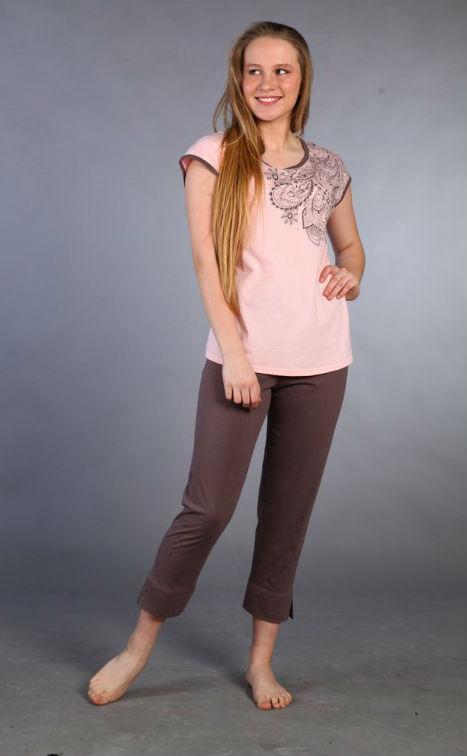 Пижама женская БреннанаПижамы<br>Пора обновить домашний гардероб и обзавестись новым комплектом для сна? Вам может понравиться женская пижама Бреннана, сочетающая простоту, элегантность и практичность.<br>Для пошива - тонкая, воздушная, легкая кулирка. Тонкое петельное плетение - секрет сочетания невысокой плотности с оптимальными прочностными характеристиками. Ее петельная структура формируется из остова и соединительной протяжки. Ткань не липнет, не парит, не скользит, не давит, не ограничивает движений, не причиняет дискомфорт.<br>В комплекте Бреннана - укороченные штаны и футболка с коротким рукавом и отделкой в тон.  Размер: 50<br><br>Высота: 7<br>Размер RU: 50
