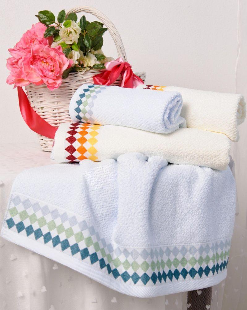 Полотенце Ромбики-букле 65х135Банные полотенца<br>Хорошую хозяйку можно легко узнать даже по полотенцам, которыми пользуется она и ее домочадцы: они всегда имеют хороший внешний вид, очень мягкие на ощупь и хорошо впитывают влагу. Ведь хорошая хозяйка всегда выбирает только качественные полотенца для себя и своей семьи!   И вы последуйте данному примеру и взгляните на полотенце Ромбики-букле! Представленное полотенце выполнено из мягкого хлопкового волокна, которое хорошо впитывает влагу и так же хорошо сохнет. Кроме того, данное полотенце легко отстирывается от загрязнений и не копит в себе неприятные запахи окружающей среды.   А нежный цвет и цветные ромбики данного полотенца украсят любой уголок, в котором оно будет висеть!  Размер: 65х135<br><br>Принадлежность: Для дома<br>По назначению: Повседневные<br>Основной материал: Махра<br>Страна - производитель ткани: Sunvim Co. Ltd., Китай.<br>Вид товара: Полотенца<br>Материал: Махра<br>Плотность: 350 г/кв. м.<br>Состав: 100% хлопок<br>Длина: 19<br>Ширина: 16<br>Высота: 8<br>Размер RU: 65х135