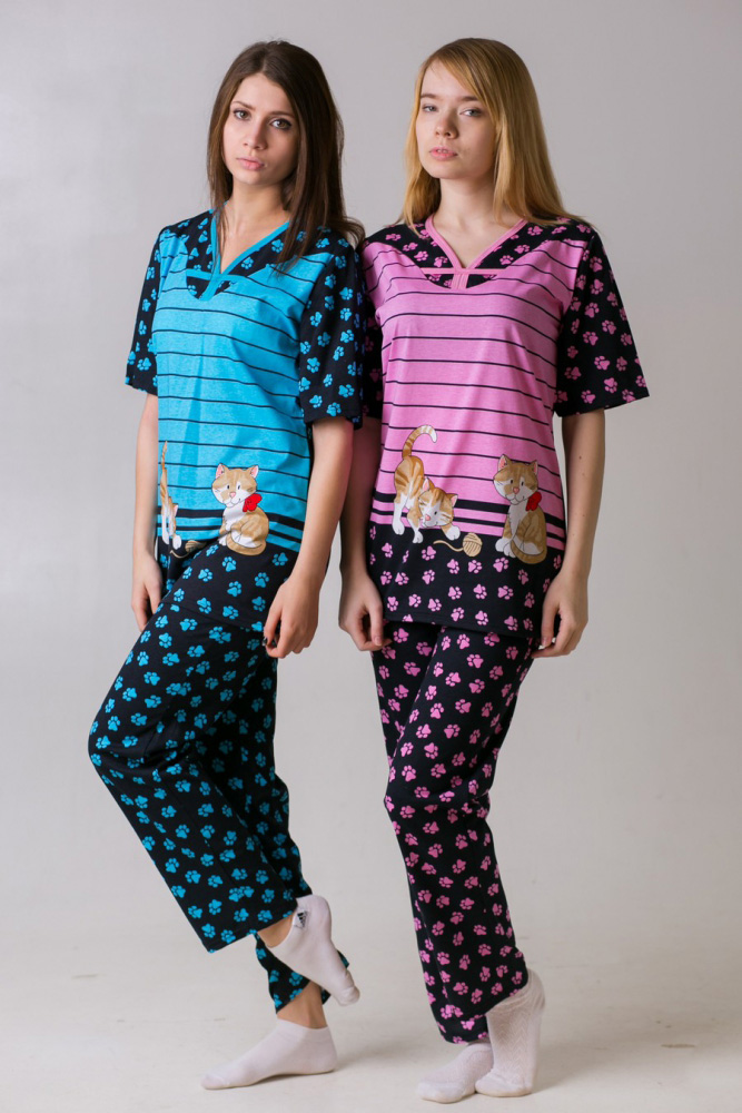 Костюм женский Лапки (брюки)Летние костюмы<br>На первый взгляд может показаться, что в выборе одежды для сна нет никакой сложности, хотя, на самом деле, выбрать пижаму порой намного труднее, чем вам представляется.<br>Но мы уверены, что пижама Лапки - та самая, на которой вам захочется остановить свои поиски идеальной пижамы! Почему? Да потому что именно эта модель сочетает в себе свободный фасон, не сковывающий тело во время сна, и симпатичный молодежный дизайн с принтом в виде котят. <br>Кроме того, и брюки, и футболка женской пижамы Лапки сшиты из кулирки, которая является мягкой и приятной тканью, изготовленной из натурального хлопкового волокна.  Размер: 54<br><br>Принадлежность: Женская одежда<br>Комплектация: Брюки, футболка<br>Основной материал: Кулирка<br>Страна - производитель ткани: Россия, г. Иваново<br>Вид товара: Одежда<br>Материал: Кулирка<br>Тип застежки: Без застежки<br>Длина рукава: Короткий<br>Длина: 18<br>Ширина: 12<br>Высота: 7<br>Размер RU: 54