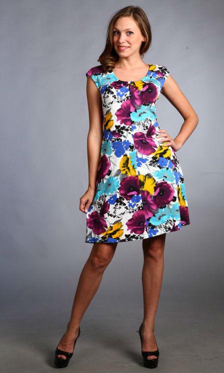 Платье женское ГорицаПлатья<br>Предпочитаете смелые и нестандартные решения и оригинальный крой? Любите яркие цвета? В таком случае обязательно следует отметить женское платье Горица, гармонично сочетающее в себе эти особенности.<br>Стильное и красочное, оно пошито из легкой и тонкой вискозы, обладающей характерной приятной фактурой. Такая ткань подходит даже для жаркого времени года, ведь она так хорошо пропускает воздух и позволяет телу дышать. Вместе с тем она абсолютно безопасна, экологична и гипоаллергенна. Материал легко окрашивается в яркие цвета и долгое время сохраняет первоначальный вид.<br>Среди особенностей женского платья Горица - цельнокроеный рукав, женственный силуэт, изящный вырез и средняя длина. Многочисленные преимущества гармонично сочетаются с доступной стоимостью. Размер: 50<br><br>Принадлежность: Женская одежда<br>Основной материал: Вискоза<br>Вид товара: Одежда<br>Материал: Вискоза<br>Состав: 100% вискоза<br>Длина: 18<br>Ширина: 12<br>Высота: 7<br>Размер RU: 50