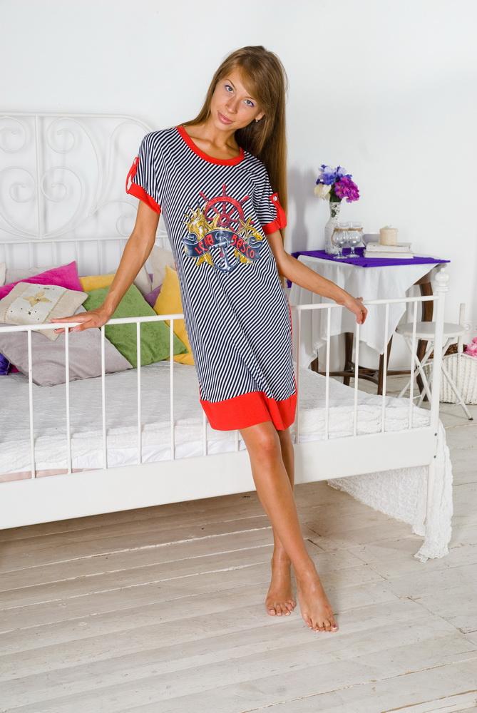 Туника женская КатерокТуники<br>Покупки - это всегда радость, особенно когда они связаны с такой качественной и недорогой одеждой, как женская туника Катерок.   Данная туника сшита из ткани со стопроцентным содержанием натурального хлопкового волокна - кулирки. Она выполнена в свободном фасоне средней длины и с короткими рукавами. А ее дизайн, выполненный в морском стиле, отличается оригинальностью, ведь туника украшена такой красочной печатью с изображением якоря на груди!   Если же вы считаете, что не сможете найти применения такой стильной модели, то знайте, что она отлично подойдет для носки дома, благодаря своему удобному фасону, который подарит вам комфорт.    Размер: 44<br><br>Принадлежность: Женская одежда<br>Основной материал: Кулирка<br>Страна - производитель ткани: Россия, г. Иваново<br>Вид товара: Одежда<br>Материал: Кулирка<br>Сезон: Лето<br>Тип застежки: Без застежки<br>Состав: 100% хлопок<br>Длина рукава: Короткий<br>Длина: 18<br>Ширина: 12<br>Высота: 7<br>Размер RU: 44
