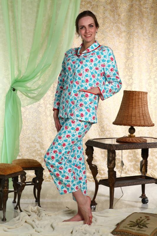Пижама женская МерриПижамы<br>При выборе одежды для сна необходимо ориентироваться на качество, практичность и собственное ощущение комфорта. Немаловажен и внешний вид модели, ведь покупка должна ежедневно дарить хорошее настроение.<br>С этим легко справится женская пижама Мерри. Уютная кофта с длинным рукавом и просторные брючки сшиты из теплой мягкой хлопчатобумажной фланели. Благодаря своим свойствам фланель позволяет коже дышать, при этом сохраняя тепло. Именно поэтому фланелевые пижамы &amp;amp;mdash; идеальное решение на зиму. Кофта застегивается на пуговицы и дополнена удобными накладными карманами. Расцветка отлично подходит для ночной одежды и сочетает в себе сдержанные спокойные тона.<br>Женская пижама Мерри - то что надо на каждый день. Она не требует сложного ухода, не выцветает и не садится, а широкий размерный ряд позволит выбрать модель по фигуре! Размер: 52<br><br>Принадлежность: Женская одежда<br>Основной материал: Фланель<br>Страна - производитель ткани: Россия, г. Иваново<br>Вид товара: Одежда<br>Материал: Фланель<br>Тип застежки: Пуговицы<br>Состав: 100% хлопок<br>Длина рукава: Длинный<br>Длина: 18<br>Ширина: 12<br>Высота: 7<br>Размер RU: 52