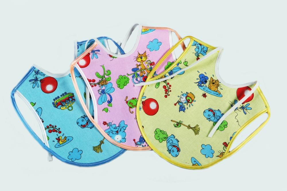 Нагрудник детский СолнышкоСлюнявчики<br>Определиться с расцветкой Вы можете здесь<br>Среди вещей, незаменимых при появлении новорожденного - нагрудник детский Солнышко. Обязательно обратите внимание на яркие, удобные и практичные изделия!<br>Снизу - клеенка, не пропускающая влагу и загрязнения. Верхний слой - тонкая и легкая бязь, пропускающая воздух, не вызывающая аллергии и раздражения. Хлопковая ткань легко отстирывается, не деформируется, долгое время не выцветает и сохраняет первоначальный вид и качество.<br>Еще одна причина приобрести детский нагрудник Солнышко - его доступна цена. Невысокая стоимость - важнейший критерий для новоиспеченных родителей, а такое приобретение легко впишется даже в небольшой бюджет.<br><br>Производство: Закупается про запас<br>Принадлежность: Детская одежда<br>Возраст: Младенец (0-12 месяцев)<br>Пол: Унисекс<br>Основной материал: Бязь<br>Страна - производитель ткани: Россия, г. Иваново<br>Вид товара: Детская одежда<br>Материал: Бязь<br>Длина: 18<br>Ширина: 12<br>Высота: 2