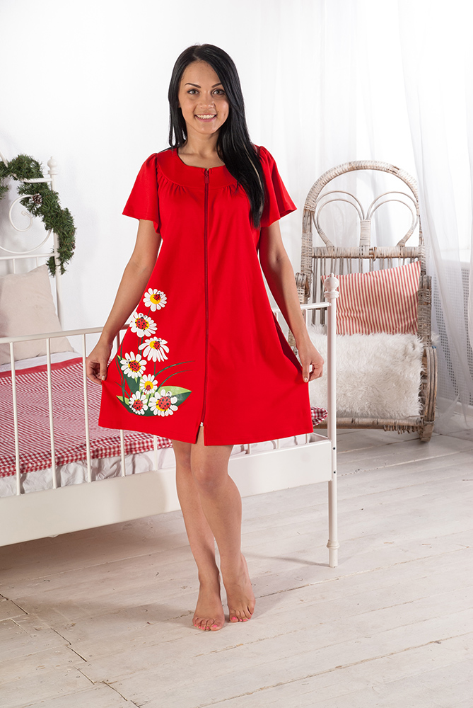 Халат женский РомашкаЛегкие халаты<br>Вы думаете, что яркие цвета и модные фасоны созданы исключительно для платьев, в которых можно дефилировать лишь по подиуму? Нет, потому что иметь все это может иметь и домашний халат, в котором вы будете дефилировать перед своими близкими.   Модель Ромашка выполнена из мягкого интерлока, который известен всем как качественная хлопковая ткань, экологически чистая и гипоаллергенная на все 100 процентов. Также данный халат порадует вас тем, что его расцветка обладает высокой стойкостью перед выцветанием, как и стильная печать на подоле изделия.   При этом вы будете носить модный домашний халат Ромашка с исключительным удобством, ведь он имеет очень свободный фасон, не стесняющий движения!   Размер: 50<br><br>Принадлежность: Женская одежда<br>Основной материал: Интерлок<br>Вид товара: Одежда<br>Материал: Интерлок<br>Состав: 100% хлопок<br>Длина рукава: Короткий<br>Длина: 19<br>Ширина: 14<br>Высота: 4<br>Размер RU: 50
