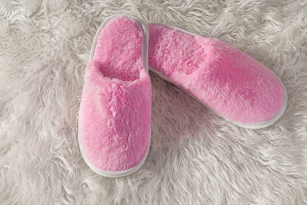 Тапочки закрытые Тифани 37-40Тапки<br>Ноги - это именно та часть вашего тела, которую вы всегда должны хранить в тепле, чтобы вместе с этим сохранить и свое здоровье. А сделать это не так уж и сложно: дома тепло и комфорт вашим ножкам обеспечат домашние тапочки Тифани!   Тапочки, предназначенные для представительниц самого прекрасного пола, выполнены из приятного и мягкого на ощупь велсофта и имеют нежно-розовую расцветку. Также стоит отметить, что тапочки Тифани имеют правильную с ортопедической точки зрения форму, которая позволит вам носить их долго, не испытывая каких-либо неудобств.   А устойчивость тапочек перед потерей цвета или качества позволит вам долго наслаждаться комфортом, которые они будут вам дарить! Размер: 37-40<br><br>Высота: 9<br>Размер RU: 37-40