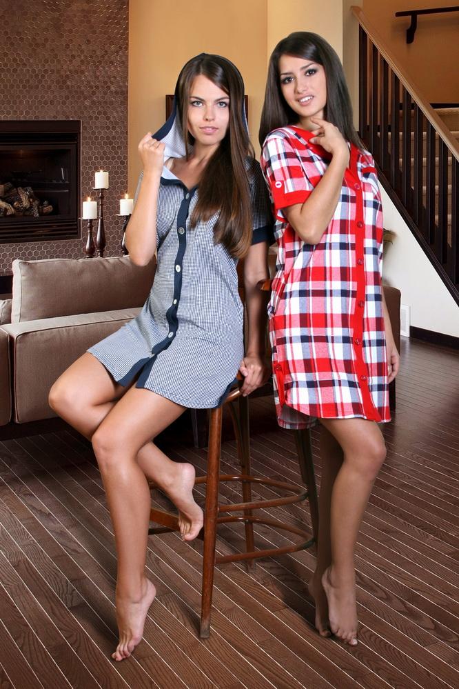 Халат женский КапеллаЛегкие халаты<br>Быть оригинальной и вдохновлять - разве не это мечта каждой модницы? Однако это по силам каждой девушке и женщине, вне зависимости от того, считает ли она себя модницей или нет, тем более, если у нее есть такой стильный халат, как модель Капелла! <br>Чего-чего, а вот оригинальности у этой модели хоть отбавляй! Невозможно не восхититься тем, как интересно, но при этом гармонично сплелись ее фасон и расцветка. Женская фигура в данном халате выглядит очень элегантно, но при этом халат позволяет той, которая его носит, чувствовать себя абсолютно комфортно - неважно, отдыхает ли она или занимается уборкой. <br>Кроме того, женский домашний халат Капелла сшит из кулирки, а она славится не только своей приятной телу текстурой, но и необычной прочностью и стойкостью расцветки.<br> Размер: 54<br><br>Принадлежность: Женская одежда<br>Основной материал: Кулирка<br>Вид товара: Одежда<br>Материал: Кулирка<br>Состав: 100% хлопок<br>Длина рукава: Короткий<br>Длина: 19<br>Ширина: 17<br>Высота: 9<br>Размер RU: 54