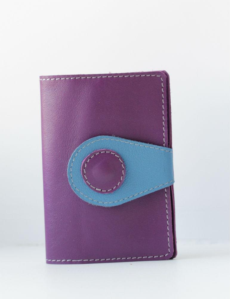 Обложка на автодокументы ФлайОбложки для автодокументов<br>Превосходного качества фиолетовая и синяя кожа!<br>Оригинальный дизайн.<br>Застегивается на 1 кнопку.<br>Внутри ПВХ сменные вкладыши под все автодокументы, включая страховку.<br><br>Принадлежность: Женская одежда<br>Основной материал: Натуральная кожа<br>Страна - производитель ткани: Россия, г. Иваново<br>Вид товара: Аксессуары<br>Материал: Натуральная кожа<br>Длина: 12<br>Ширина: 8<br>Высота: 2
